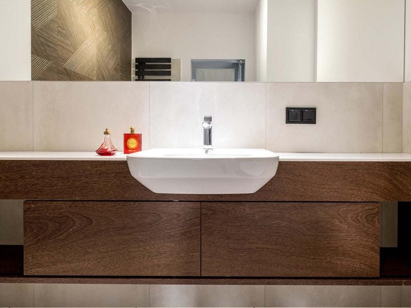 Meble łazienkowe - drewniana szafka pod umywalkę